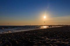 Strandzonsondergang bij Kaap Mei New Jersey met silhouetten Stock Afbeeldingen