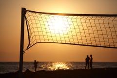 Strandzonsondergang met netto silhouet van beachball stock afbeeldingen