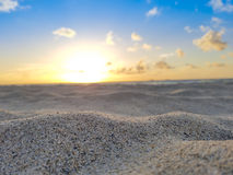 Strandzonsopgang, Zand, Zon, Oceaan, Blauwe Hemel & Wolken Stock Afbeelding