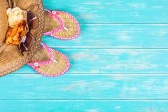 Strandzubehör auf Türkisholztisch lizenzfreies stockfoto