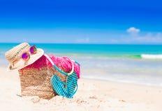 Strandzubehör auf tropischem Hintergrund des Türkises Lizenzfreie Stockfotos