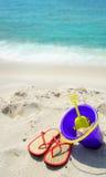 Strandzubehör durch schönen Türkisozean Lizenzfreie Stockfotografie