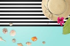 Strandzubehör mit tropischem Blattrahmen Sommerstrand conc Stockfoto