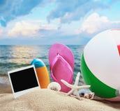 Strandzubehör und -fotos auf dem Gedächtnis Lizenzfreies Stockfoto