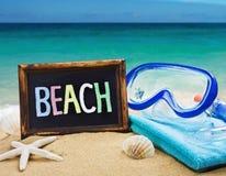 Strandzubehör im Sand Stockfoto