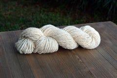 Strang des natürliche Hand gesponnenen Garns gemacht von der Schaf-Wolle Lizenzfreies Stockfoto