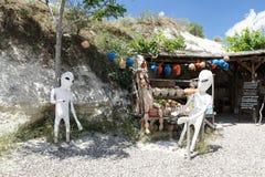 Stranieri davanti ad un deposito del ricordo in Cappadocia Immagine Stock
