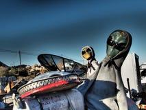 Stranieri del deserto che indossano le maglie con cappuccio e gli occhiali da sole fotografie stock