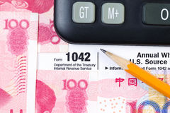 Straniero guadagni la forma di imposta sul reddito da U.S.A. IRS fotografia stock