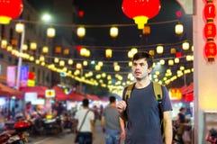 Straniero in una Chinatown al portone immagine stock libera da diritti