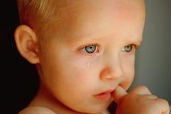 Strappi amari Piccolo gridare del bambino È un bambino di grido Bambino con lo strappo che rotola giù la sua guancia Bambino del  immagini stock libere da diritti