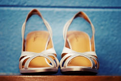 Strappy Schuhe auf Regal Lizenzfreies Stockfoto