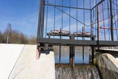 Straripamento della diga del canale di scarico di Thenmala degli scorrimenti dell'acqua fotografia stock libera da diritti