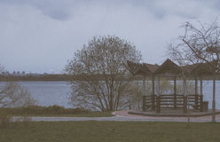 Straripamento di legno sulla riva del lago Fotografie Stock Libere da Diritti
