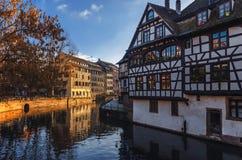 strasbourg alsace france Traditionella korsvirkes- hus reflekterade i floden dåligt royaltyfria foton