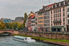 Strasbourg, canal da água e casa agradável na área de Petite France Foto de Stock