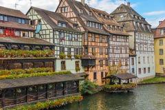Strasbourg, canal da água e casa agradável na área de Petite France Foto de Stock Royalty Free