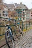 Strasbourg cyklar framme av floden arkivbild