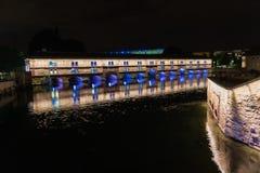 Strasbourg damm som är vauban nära en kanal i Frankrike vid natt arkivfoto