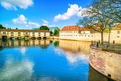 Strasbourg, damm Vauban och medeltida bro Ponts Couverts. Alsace Frankrike. Arkivfoton
