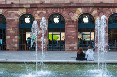 STRASBOURG, FRANCE - 25 OCTOBRE 2013 : Apple stockent et logo dans le mail Photo stock