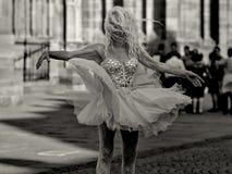 Strasbourg Frankrike - Juni 19: Den oidentifierade kvinnliga aktören dansar framme av Notre Dame på Juni 19, 2014 i Strasbourg Fotografering för Bildbyråer