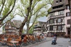 Strasbourg Frankrike - 3 Maj, 2016: Härlig byggnad i gammal stad Royaltyfri Fotografi