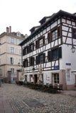 Strasbourg Frankrike - 3 Maj, 2016: Härlig byggnad i gammal stad Arkivfoton