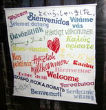 STRASBOURG FRANKRIKE - MARS 12, 2006 Tecknet postade framme av kyrkliga välkomnande besökare i en variation av språk i 2006 royaltyfria foton