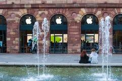 STRASBOURG FRANKRIKE - OKTOBER 25 2013: Apple lager och logo i galleria Arkivfoto