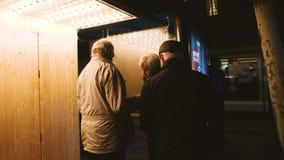 Strasbourg jul marknadsför med turister som använder en översikt arkivfilmer