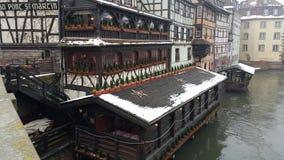 Strasbourg på jul, floder och flodkryssningskepp, denna gång skrev in vi 2015 med den tinade upp floden Arkivfoto