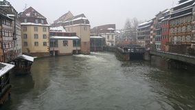 Strasbourg på jul, floder och flodkryssningskeppet Arkivbild