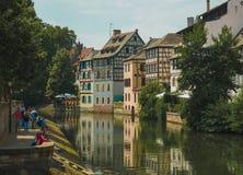 Strasbourg vattenkanaler som korsar staden, färgrika buldings royaltyfria foton