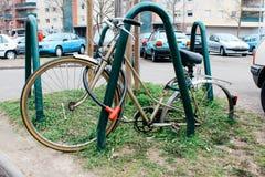 Strasburg, Francia - 03 31 2013: bici abandonada atada con correa sin las ruedas en la calle imagen de archivo libre de regalías