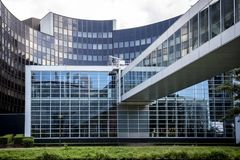 STRASBURG, FRANCJA: Powierzchowność parlamentu europejskiego Louise Weiss budynek, 1999 zdjęcia stock
