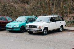 Strasburg, Frankrijk - 03 31 2013: Oude retro auto's op het straatparkeren stock fotografie