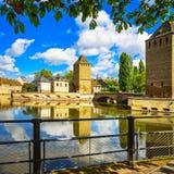 Strasburg, góruje średniowieczny bridżowy Ponts Couverts Alsace, Fr Zdjęcia Stock