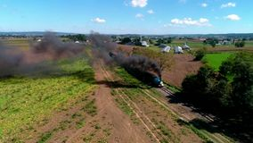 Strasburg, Pennsylvania, SeptemberR 2018 - Thomas de Trein met Personenauto's die langs Amish-Platteland puffen stock video