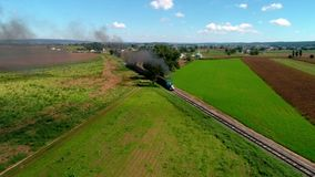 Strasburg, Pennsylvania, SeptemberR 2018 - Thomas de Trein met Personenauto's die langs Amish-Platteland puffen stock videobeelden