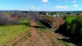 Strasburg, Pennsylvania, SeptemberR 2018 - Thomas el tren con los vehículos de pasajeros que soplan a lo largo del campo de Amish almacen de video