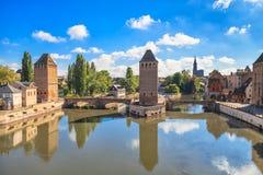 Strasburg, średniowieczny bridżowy Ponts Couverts i katedra. Alsace, Francja. Obrazy Stock