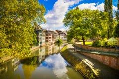 Strasburg, wodny kanał w Małym Francja terenie, Unesco miejsce Alsa Fotografia Stock