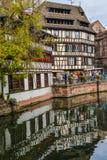 Strasburgo, canale dell'acqua e casa piacevole nell'area di Petite France Fotografie Stock