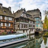 Strasburgo, canale dell'acqua e casa piacevole nell'area di Petite France Fotografie Stock Libere da Diritti