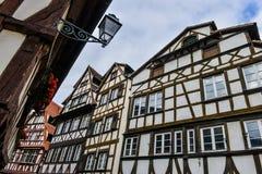 Strasburgo, canale dell'acqua e casa piacevole nell'area di Petite France Immagini Stock Libere da Diritti