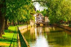 Strasburgo, canale nell'area di Petite France, sito dell'acqua dell'Unesco Alsa Fotografie Stock Libere da Diritti