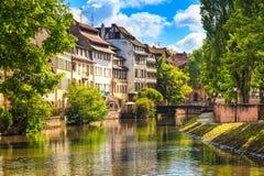 Strasburgo, canale nell'area di Petite France, sito dell'acqua dell'Unesco. L'Alsazia. fotografia stock