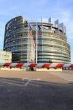 STRASBURGO, FRANCIA - 7 AGOSTO 2017: costruzione del Parlamento Europeo con le bandiere nazionali Immagini Stock