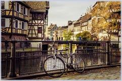 Strasburgo, Francia Bici che si appoggia il recintare poco distretto della Francia Fotografia Stock